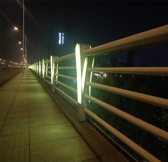 太阳能灯光护栏